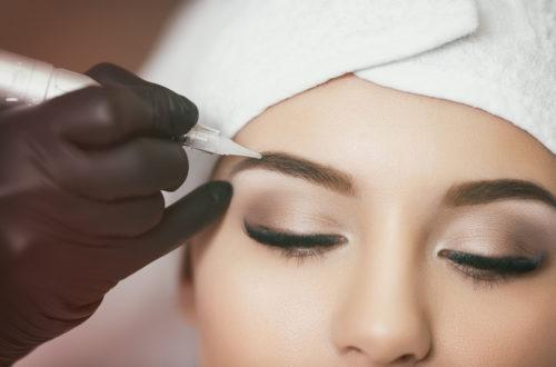 mulher fazendo micropigmentação
