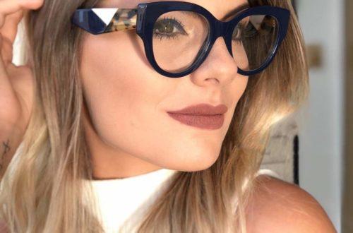 mulher com oculos grande e mão no cabelo