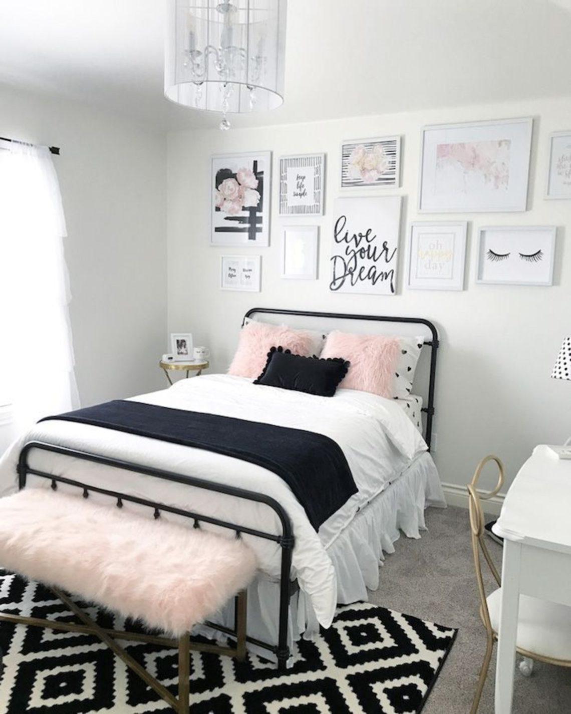 quarto tumblr com decoração preto e branco e rosinha claro